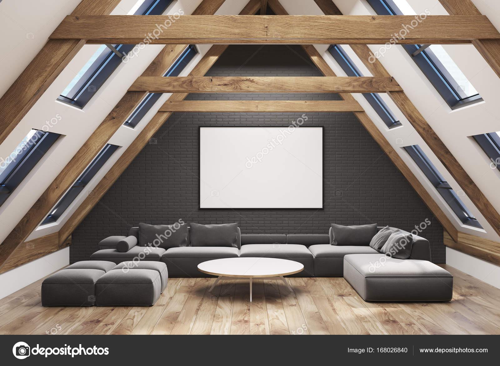Attic Wohnzimmer Interieur Mit Einem Satteldach, Graue Wände Und Einen  Holzboden. Es Gibt Ein Großes Graues Sofa Und Einen Schmalen Runder  Couchtisch.
