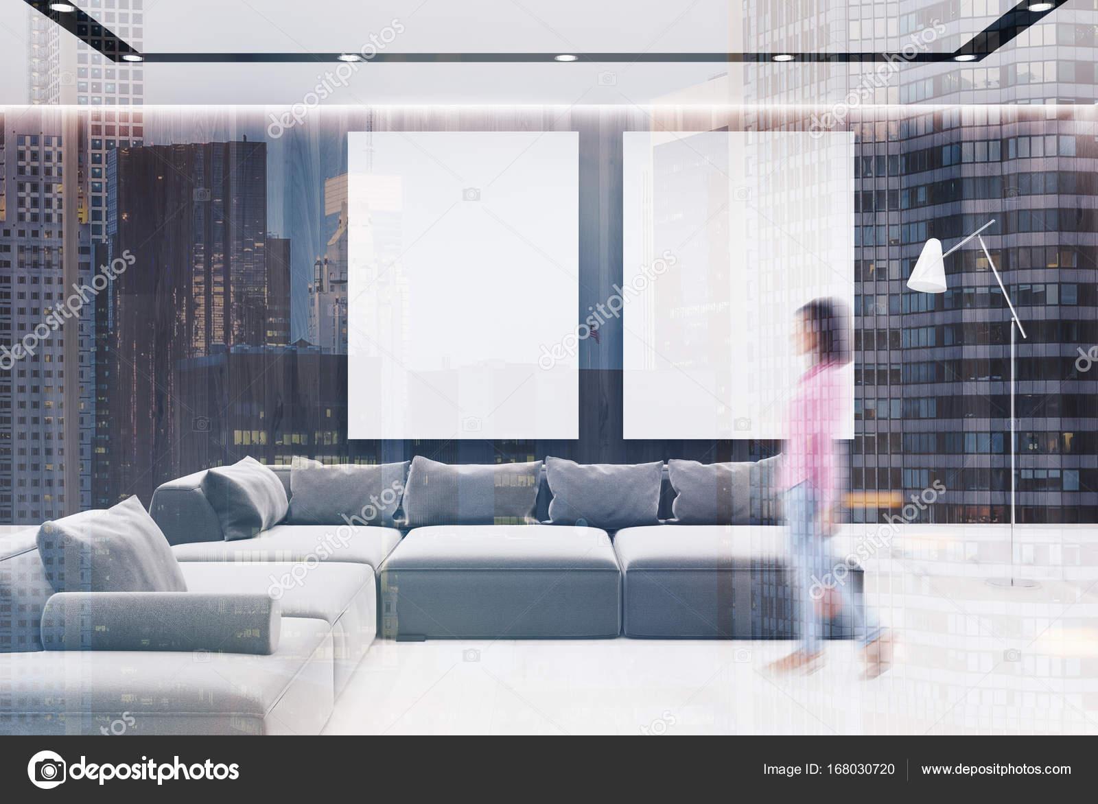 Wohnzimmer Innenraum Schwarz Grau Sofa Mädchen Doppel Stockfoto