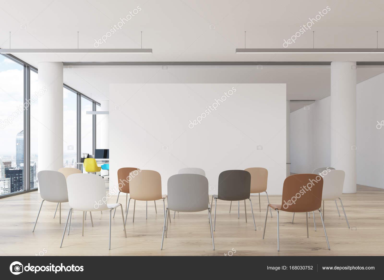 Sedie Ufficio Colorate : Aula ufficio colorate sedie u foto stock denisismagilov
