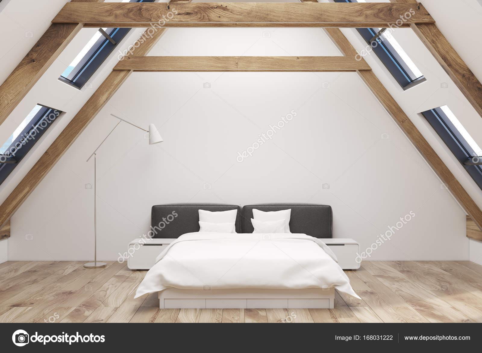 Interno camera da letto mansarda bianco — Foto Stock ...