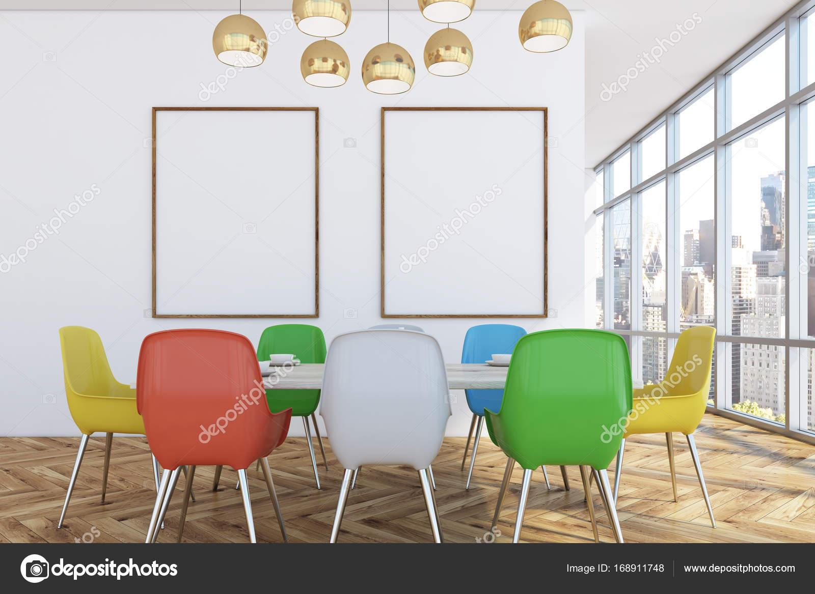Salle A Manger Avec Chaises Colorees Deux Affiches Photographie