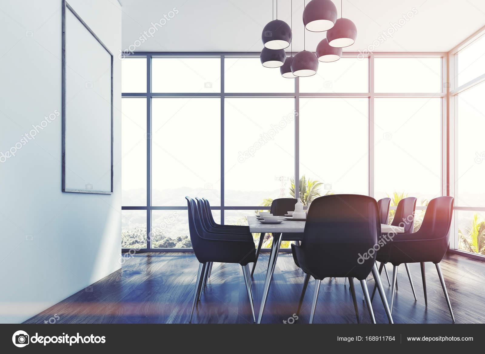 Esszimmer Einrichtung Mit Loft Fenster, Weiße Wände Und Einen Holzboden.  Ein Langer Tisch Mit Grauen Stühle Und Ein Poster An Der Wand.  Seitenansicht.