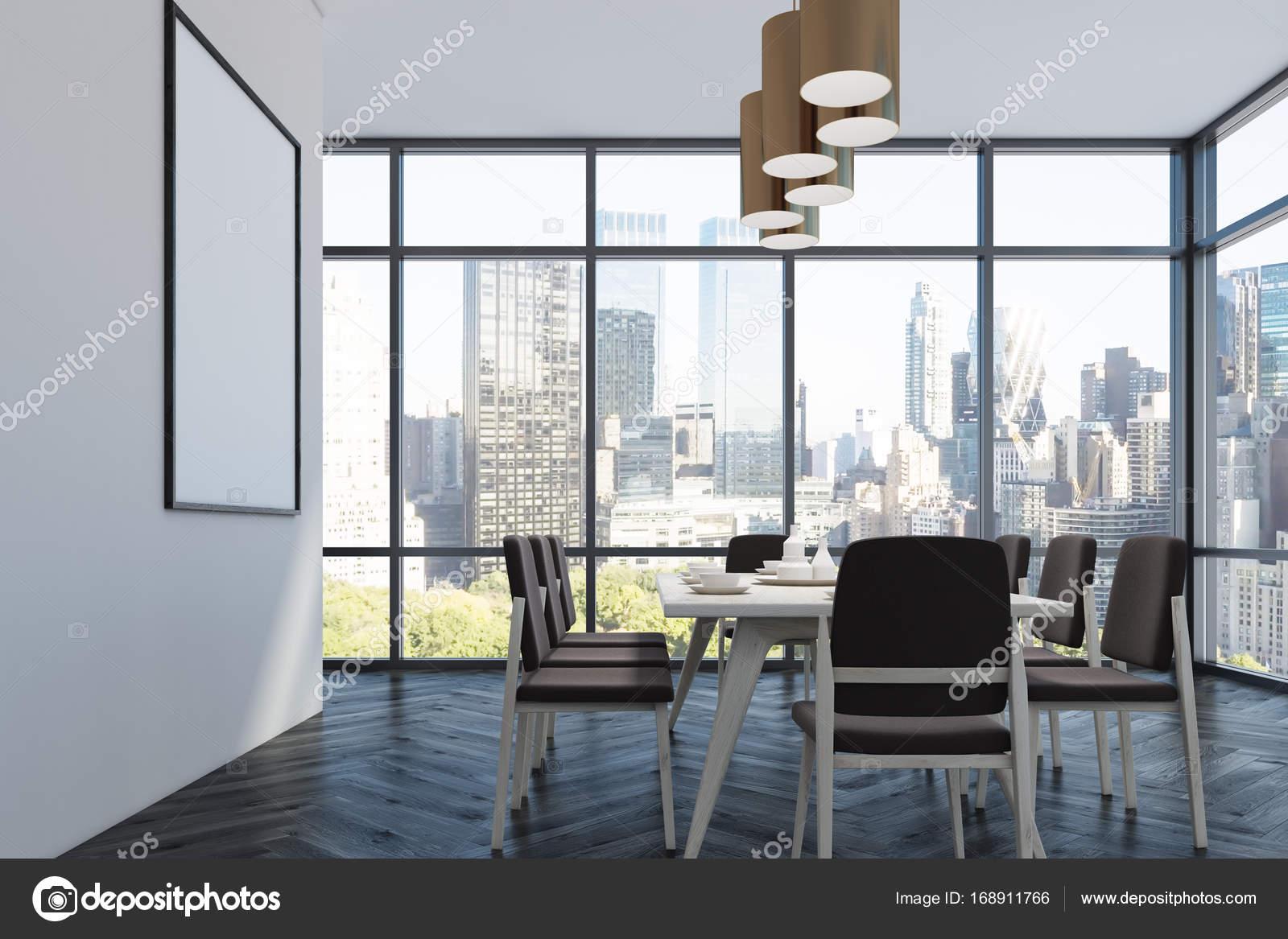 Beautiful Esszimmer Einrichtung Mit Loft Fenster, Weiße Wände Und Einen Schwarzen  Holzboden. Ein Langer Tisch Mit Stühlen Und Einem Poster An Der Wand.  Seitenansicht.