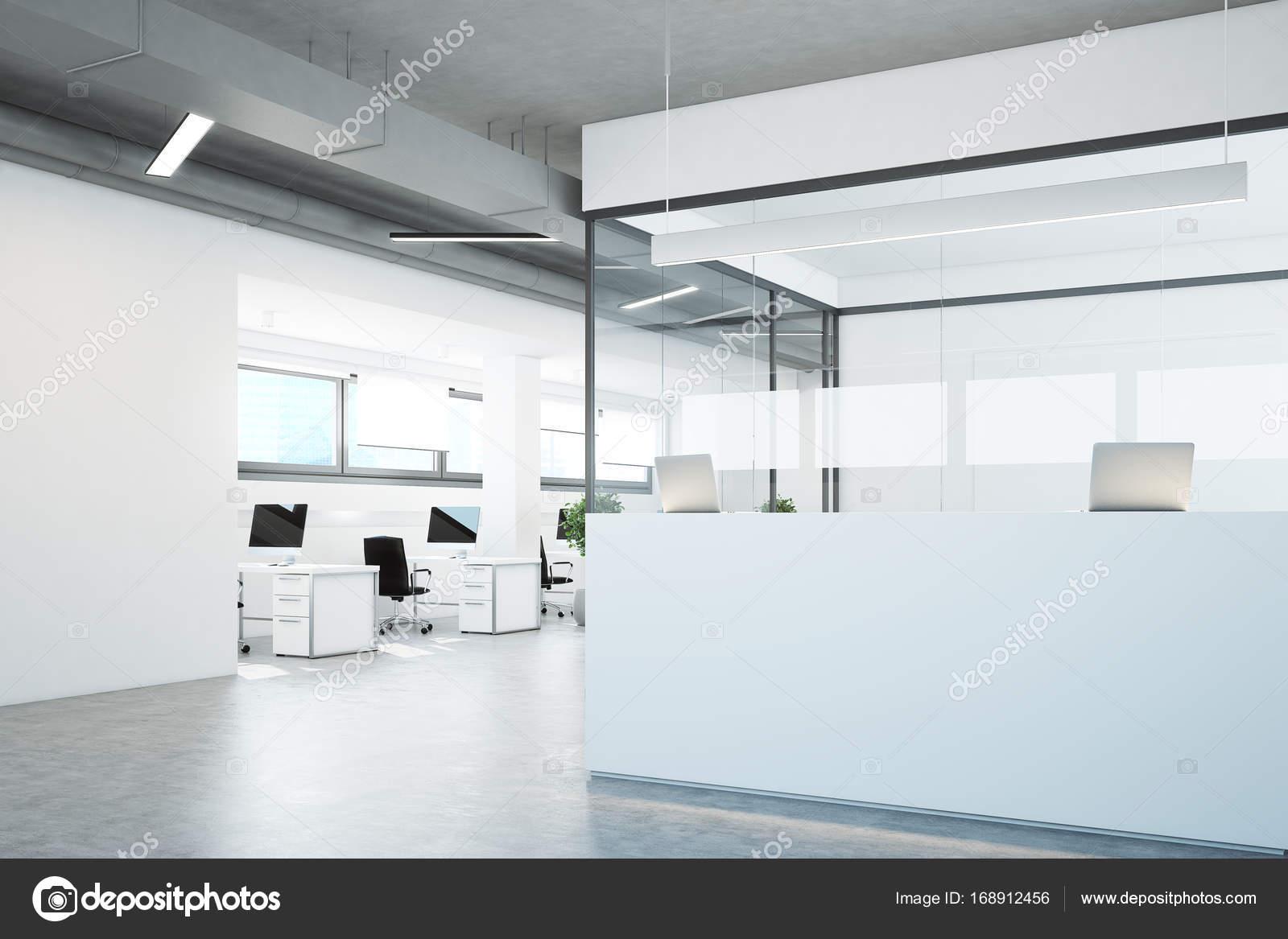 Weiße Rezeption in einem weiß und Glas Büro — Stockfoto ...