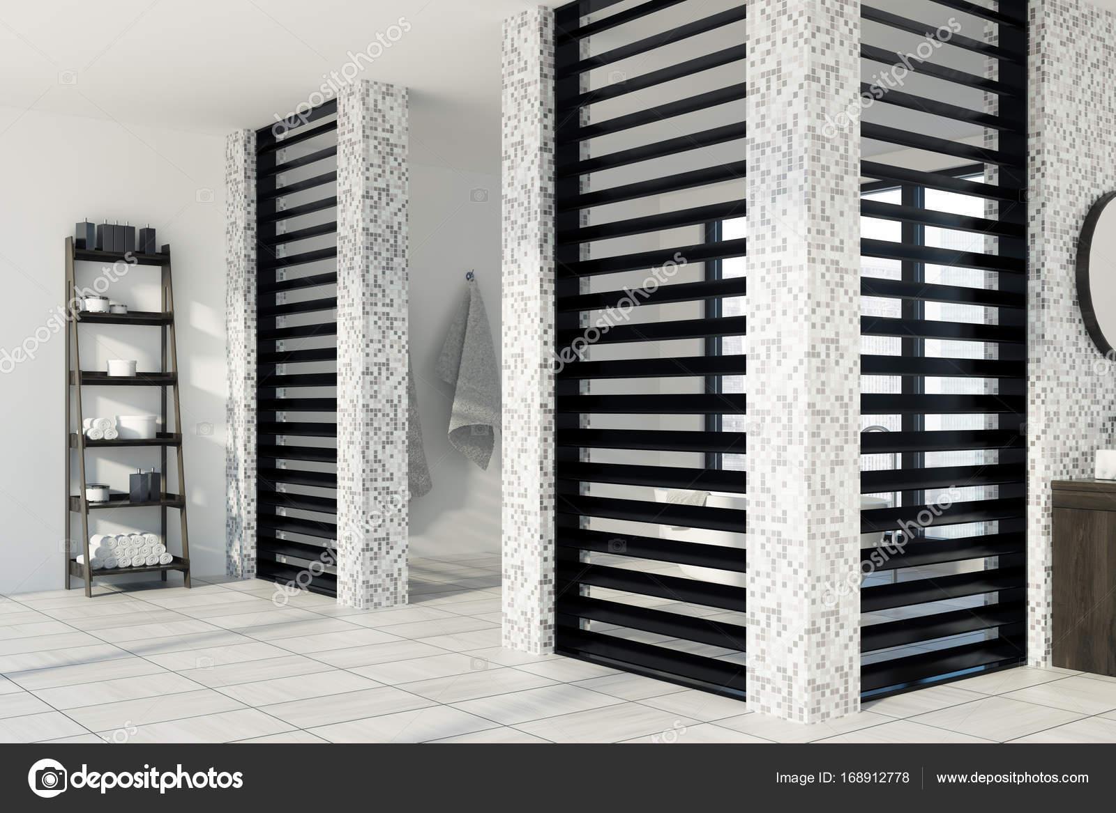 Weiss Gefliest Bad Dusche Seite Stockfoto C Denisismagilov