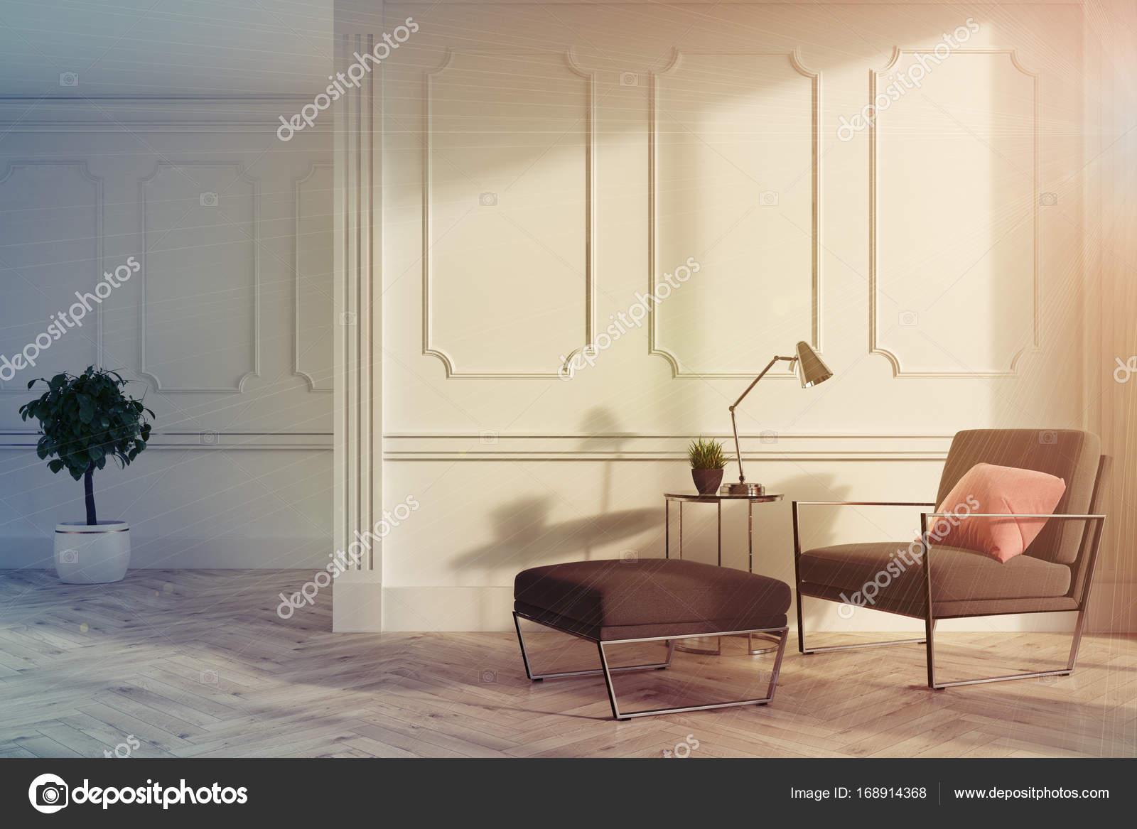 Wit woonkamer interieur, grijze fauteuil toned — Stockfoto ...