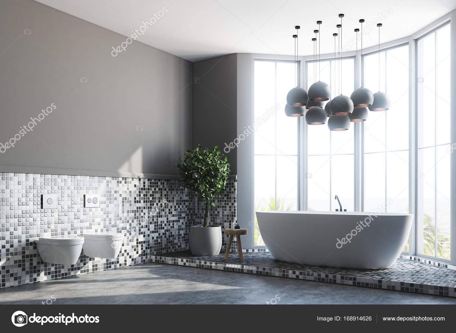 Graue Badezimmer Interieur, Badewanne und WC — Stockfoto ...