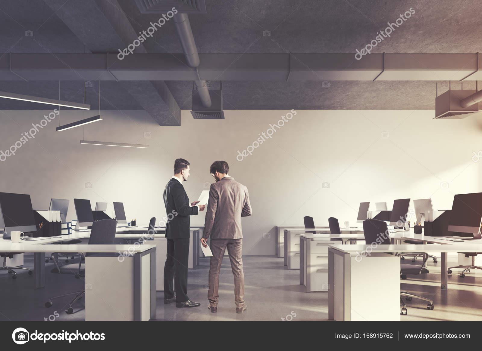 Intérieur de bureau open space hommes u photographie