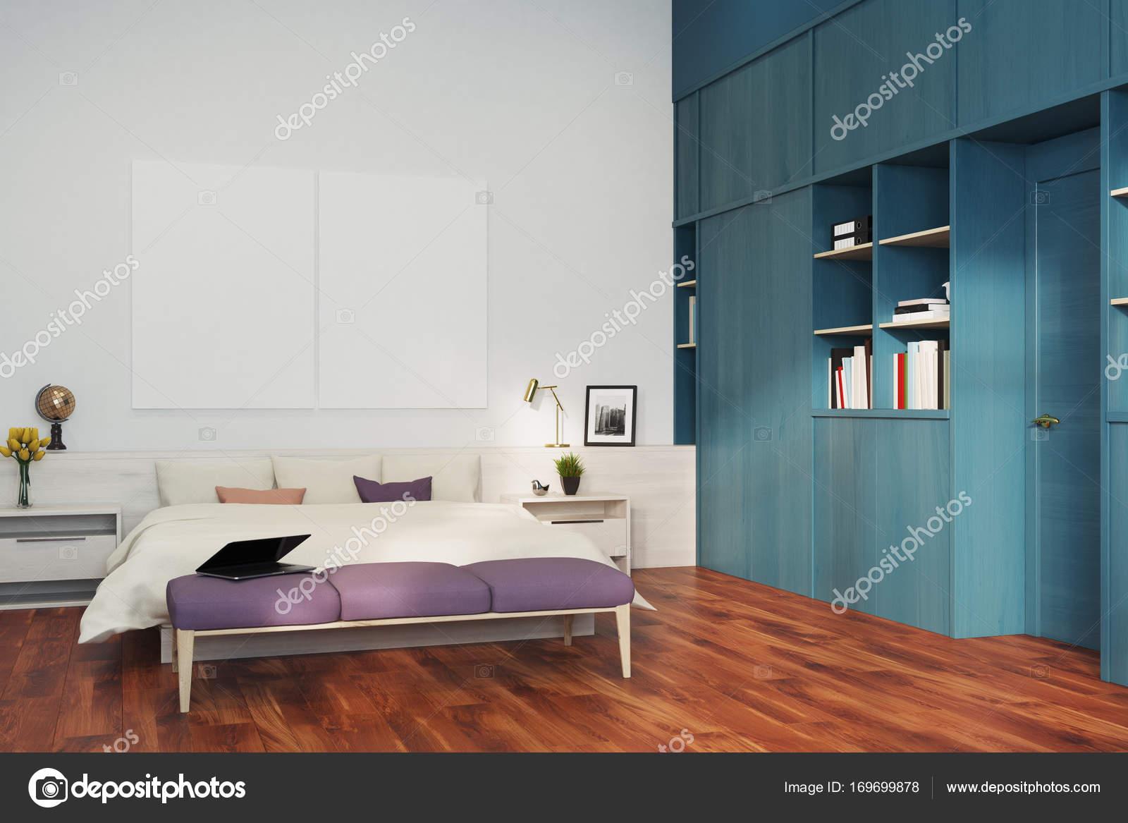 weiße schlafzimmer, blaue bücherregal, ecke — stockfoto