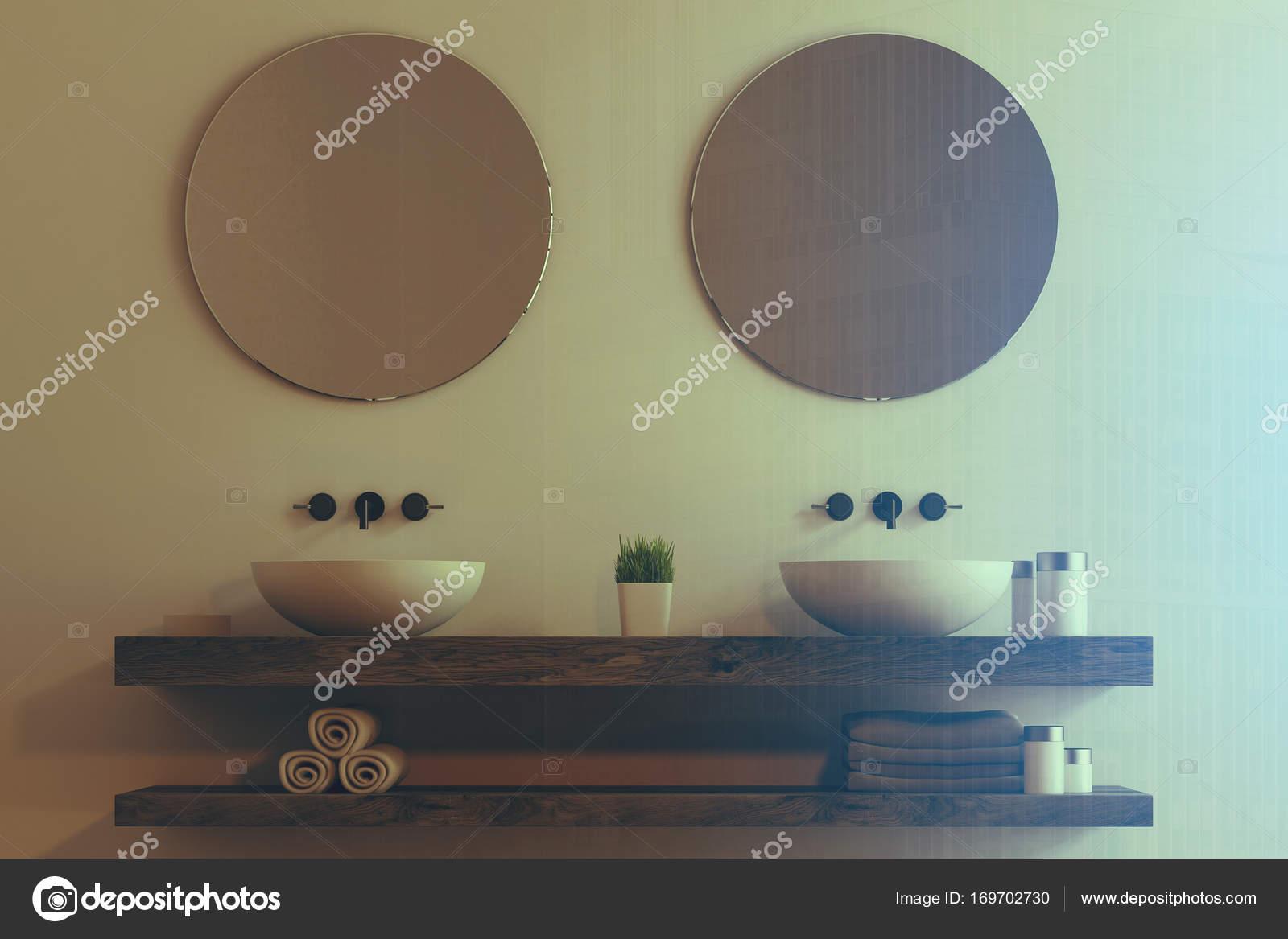 Lavabo doble con espejos redondos entonado — Fotos de Stock ...