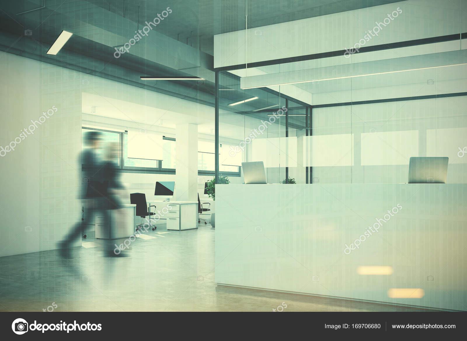 Weiße Rezeption in einem weiß und Glas-Büro-Menschen — Stockfoto ...