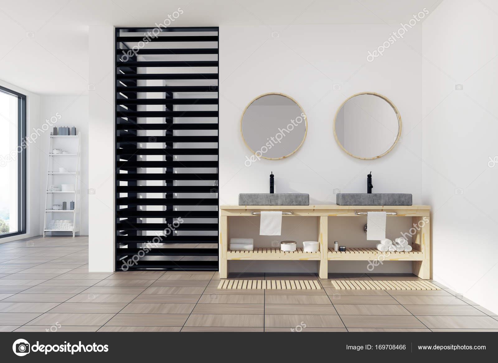Luxus Badezimmer Interieur Mit Ein Großes Fenster, Einen Hölzernen  Fußboden, Weiße Wände Und Ein Doppel Waschbecken Mit Runden Spiegeln über  Es Und Eine ...
