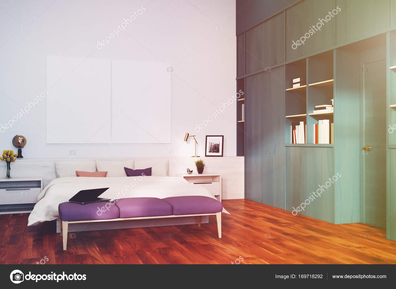 wit slaapkamer blauwe boekenkast hoek toned stockfoto