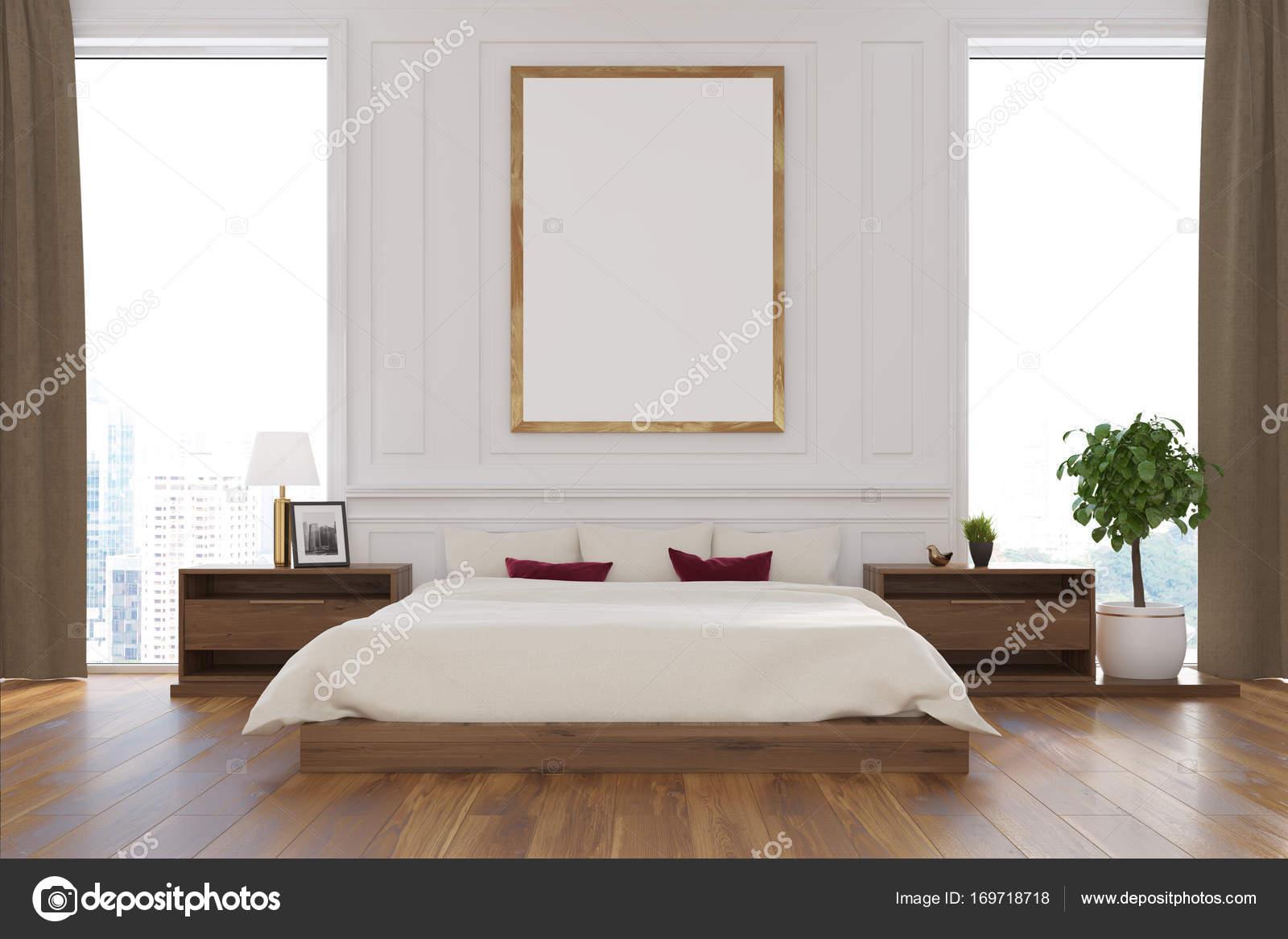 Innenraum Weiße Schlafzimmer Mit Einem Doppelbett, Mehrere Nachttische  Umrahmt Eine Vertikale, Poster Und Große Fenster Mit Vorhängen Beige.