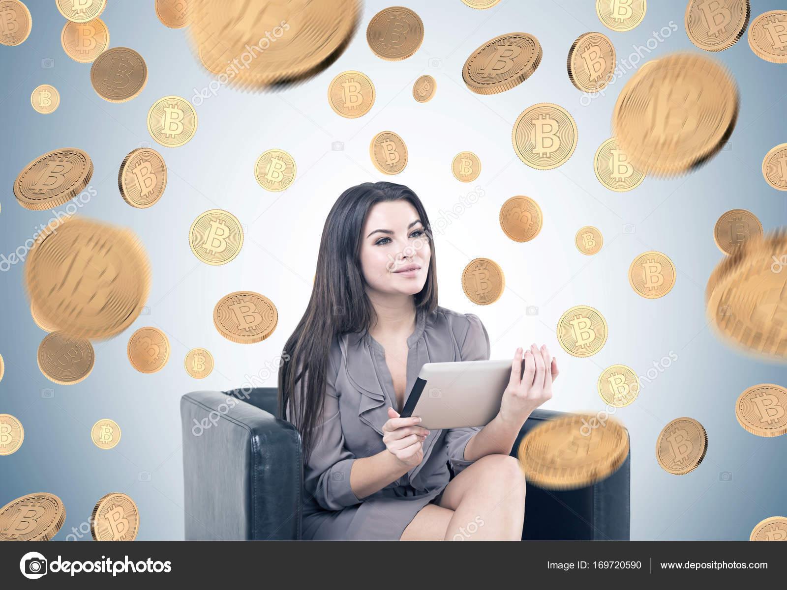 Alegre mulher na poltrona, um tablet, bitcoins — Fotografia de Stock