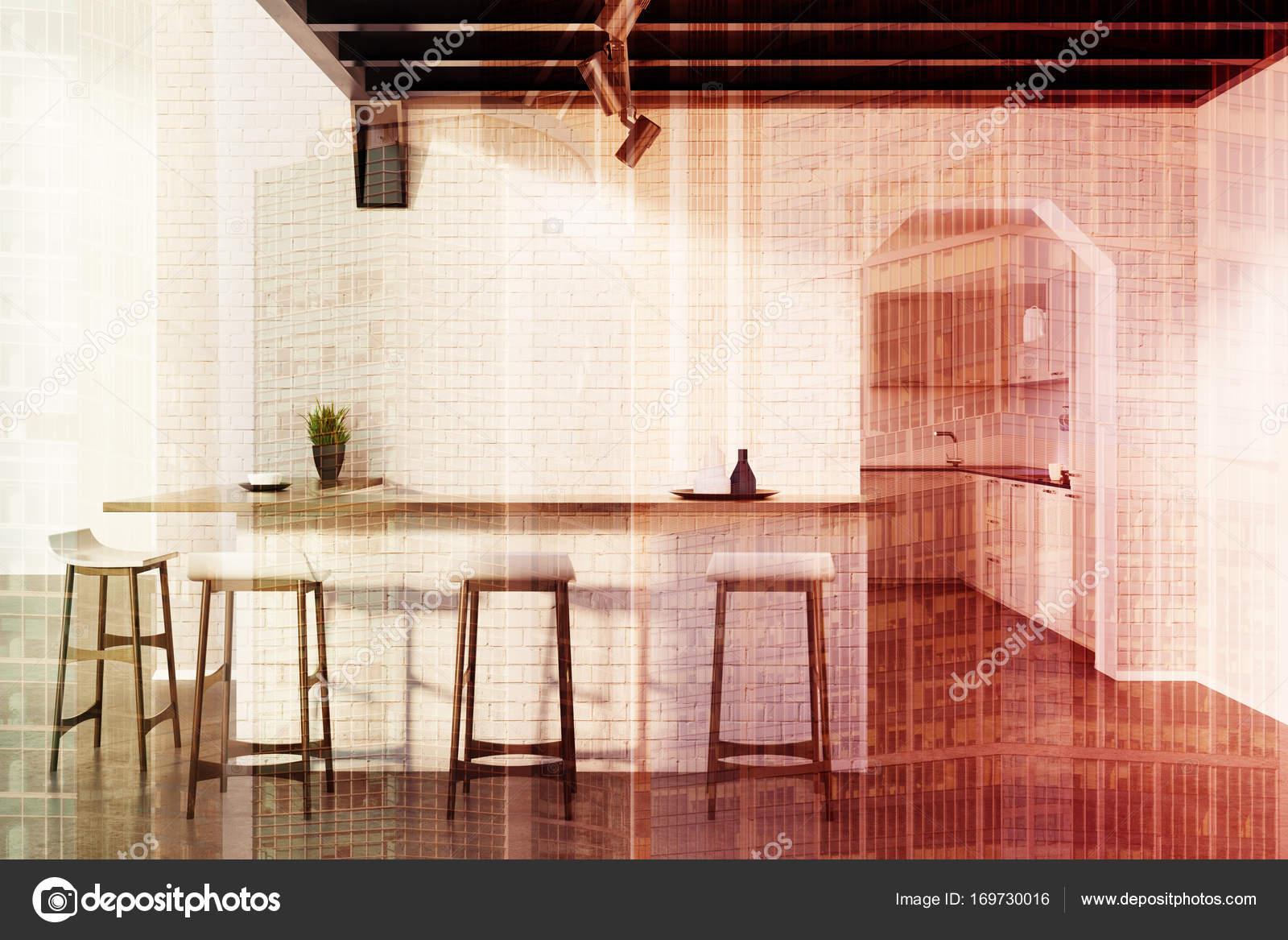 Ziegel-Küche-Bar, Hocker und eine Tür, grauen Doppel — Stockfoto ...