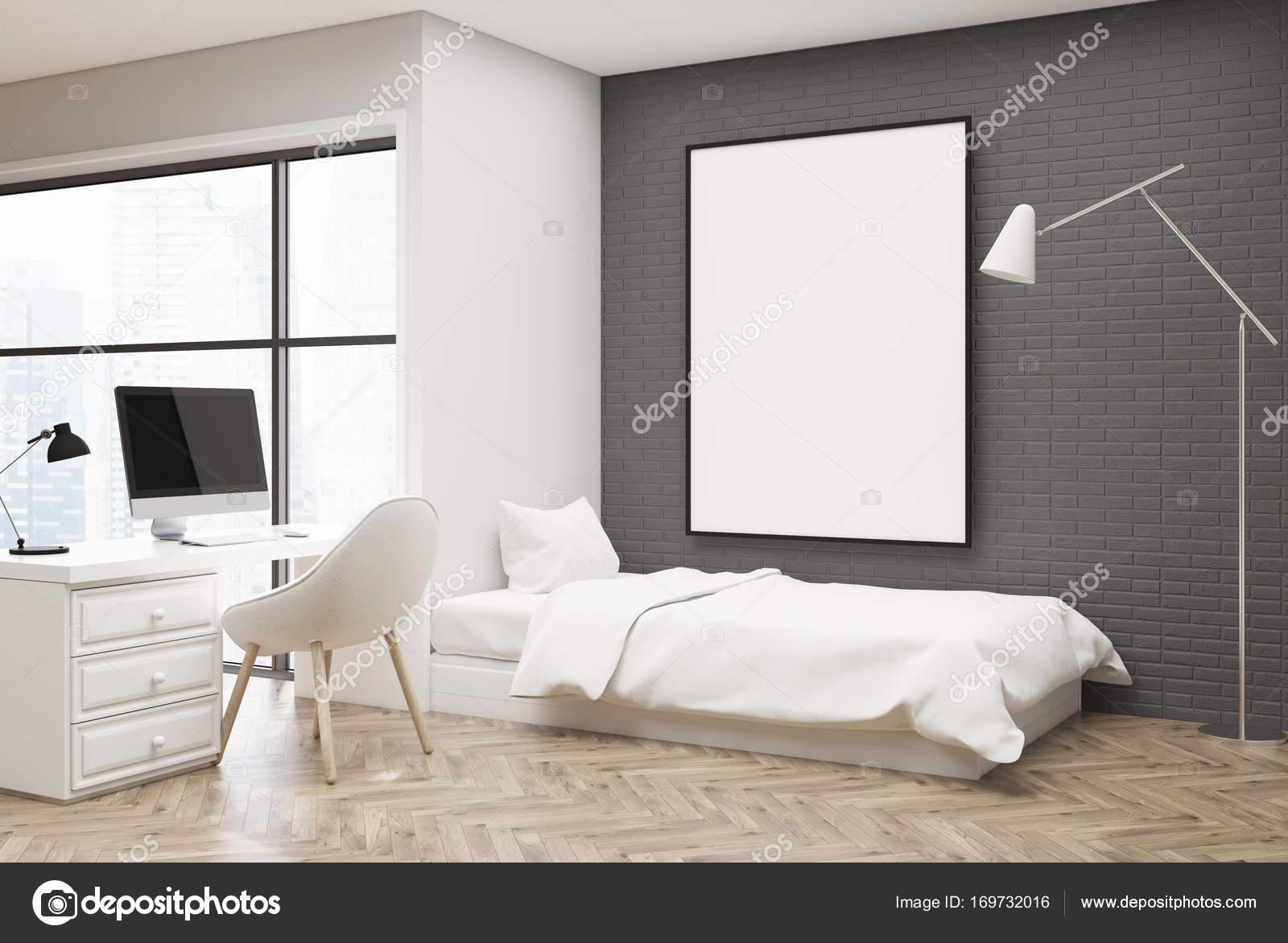 coin chambre, ordinateur et affiche de brique grise — photographie