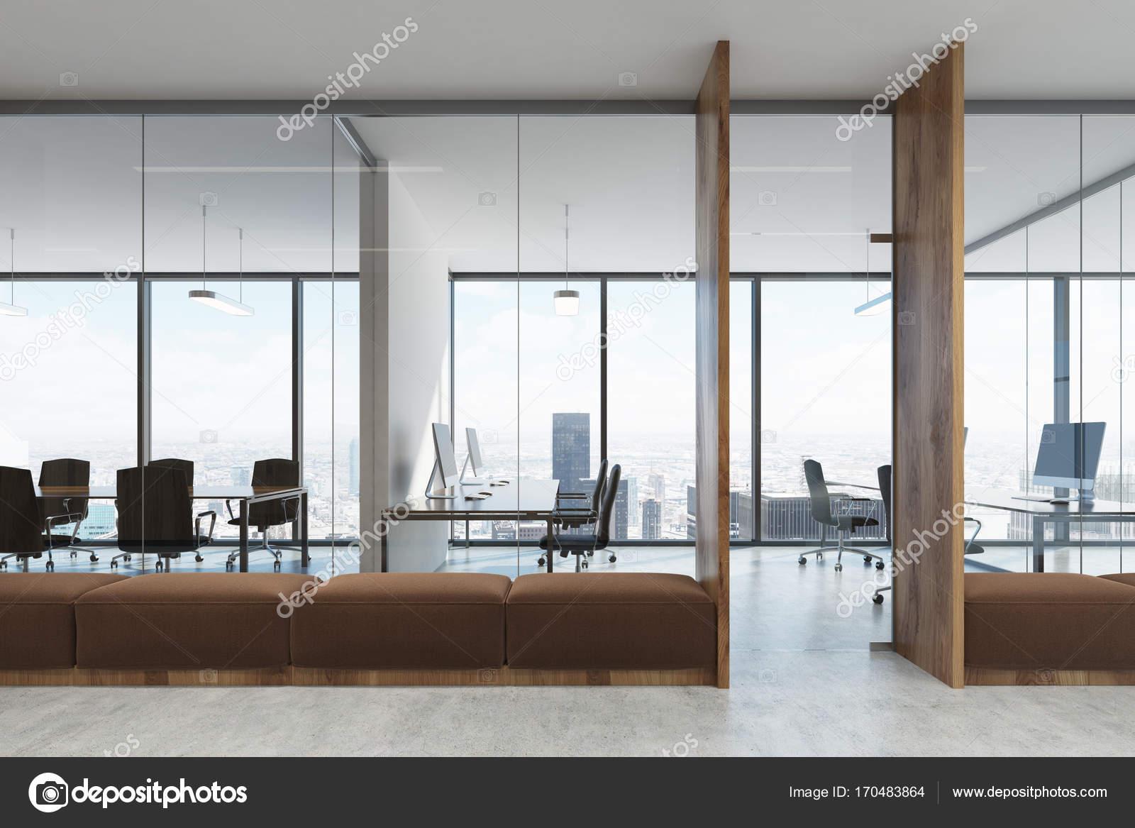 Ufficio Bianco E Legno : Bianco e legno aprire spazio ufficio marrone divani u foto stock