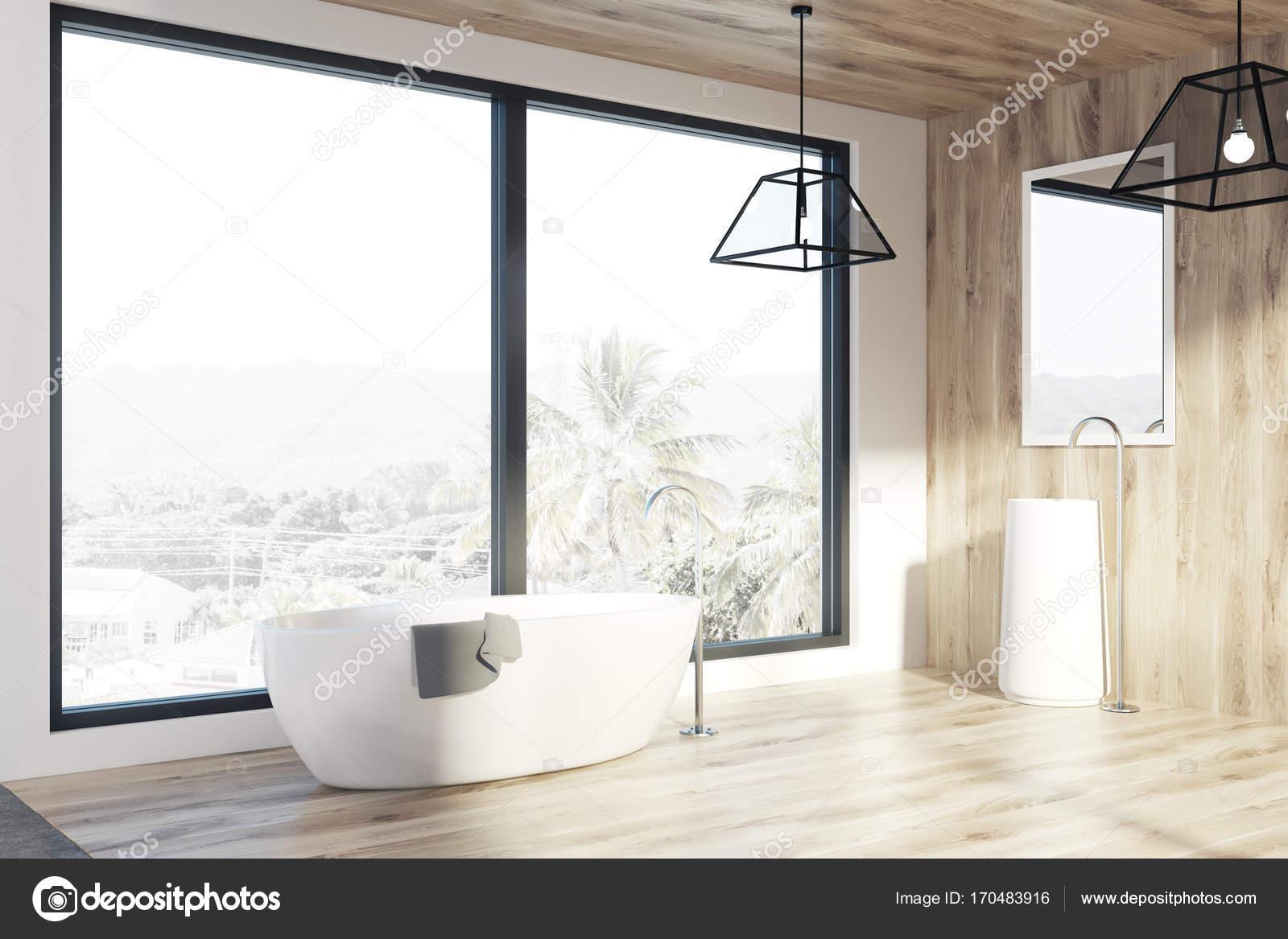 Loft badkamer, licht houten muren, een bad, kant — Stockfoto ...