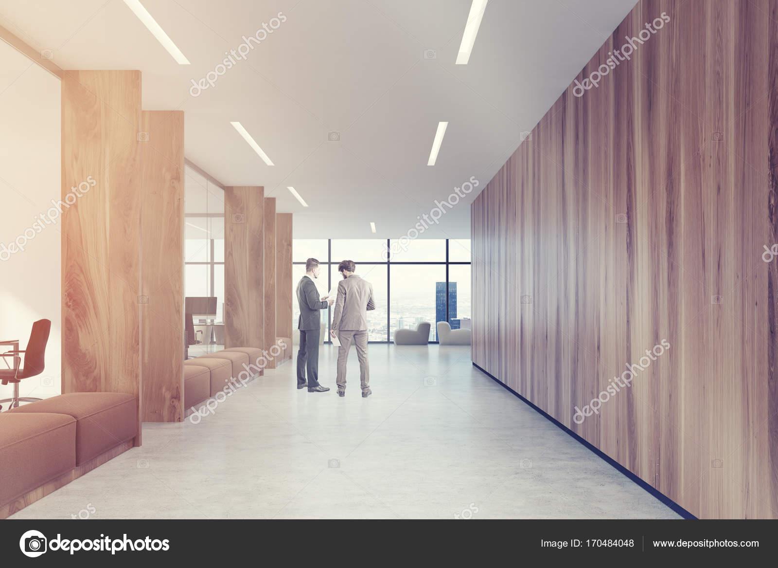 Poltrone Ingresso Ufficio : Divani di corridoio marrone di ufficio in legno dai toni u foto