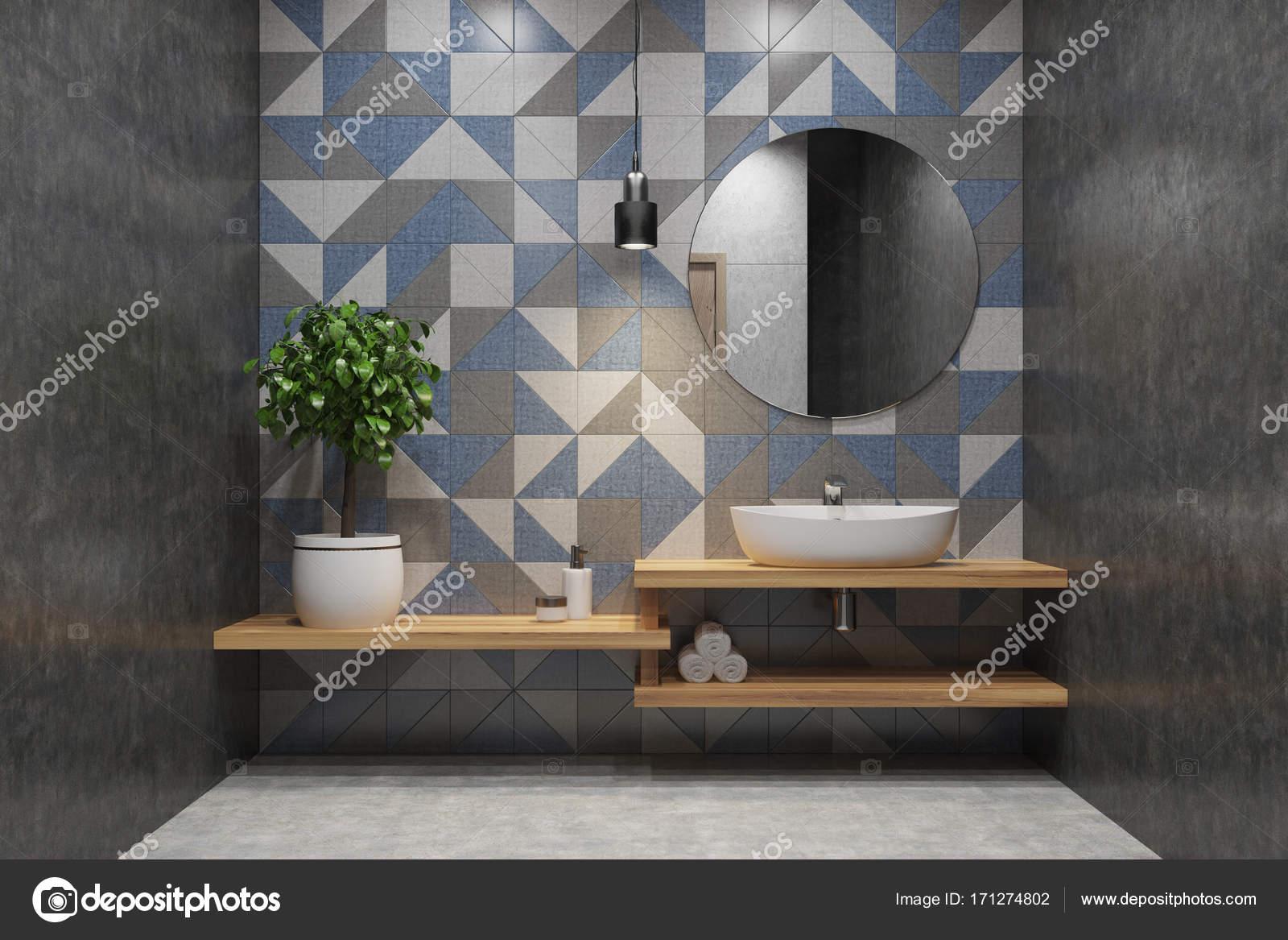 Gefliestes Badezimmer, Waschbecken, Runde Spiegel — Stockfoto ...