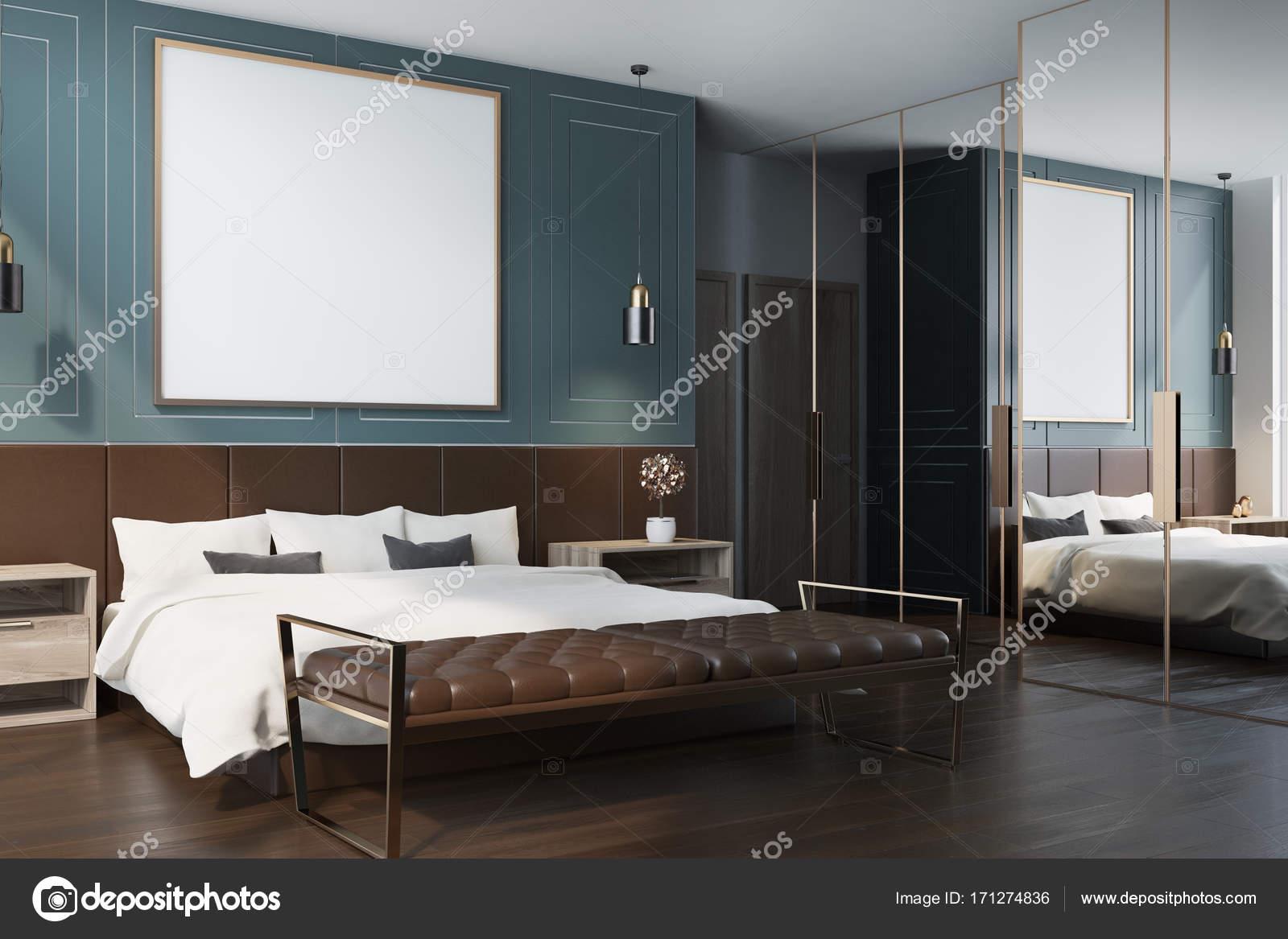 blauwe slaapkamer interieur met een donkere houten vloer een tweepersoonsbed met een ingelijste vierkante poster opknoping boven het en twee nachtkastjes