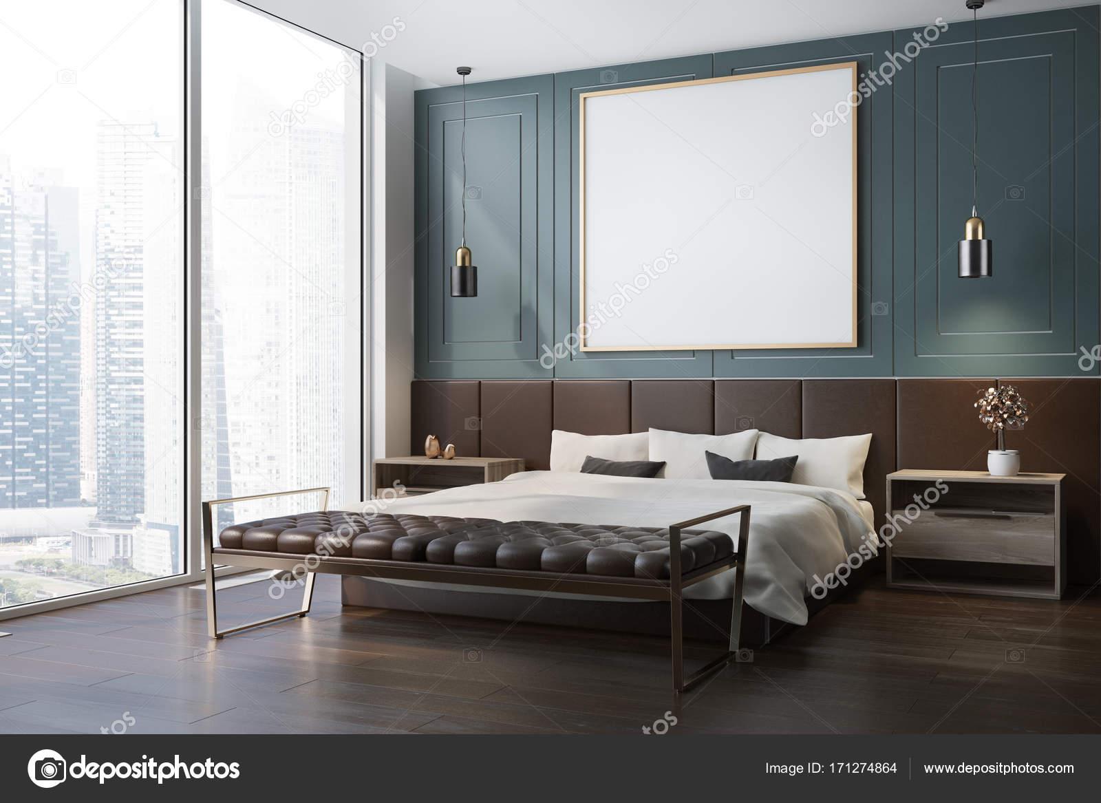 blauwe slaapkamer hoek met een donkere houten vloer een tweepersoonsbed met een ingelijste vierkante poster opknoping boven het en twee nachtkastjes