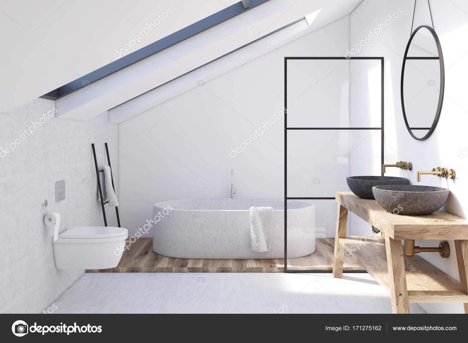Interno bagno mansarda bianco u foto stock denisismagilov