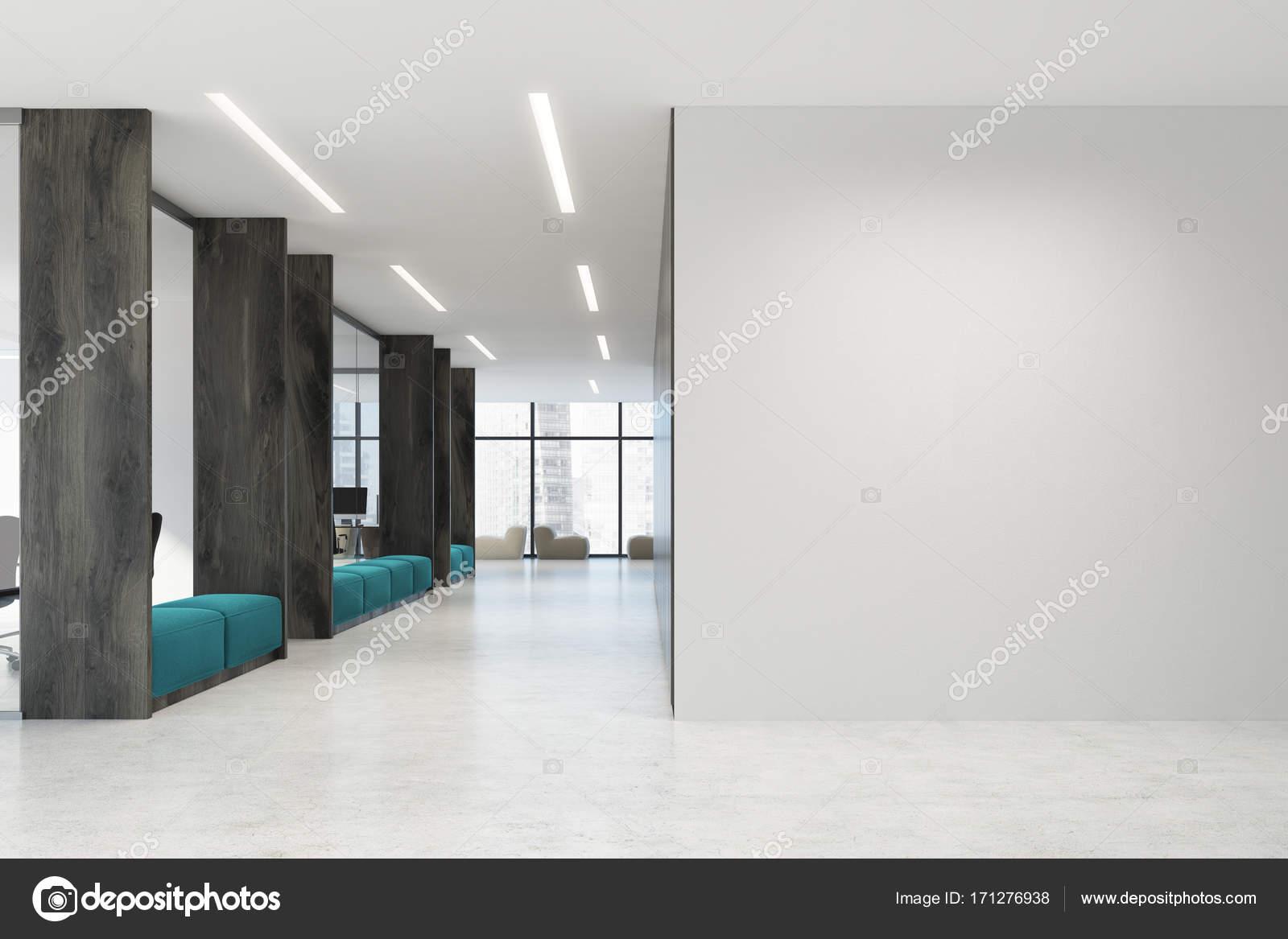 Ufficio Bianco E Legno : Bianco e legno aperto divani di spazio ufficio blu u foto stock