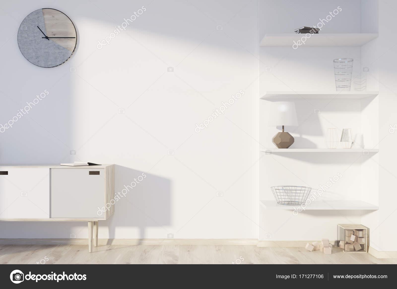 Wit woonkamer planken en klok u stockfoto denisismagilov