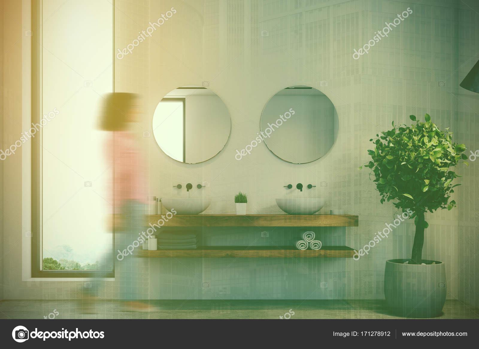 Smalle venster badkamer, dubbele wastafel toned — Stockfoto ...