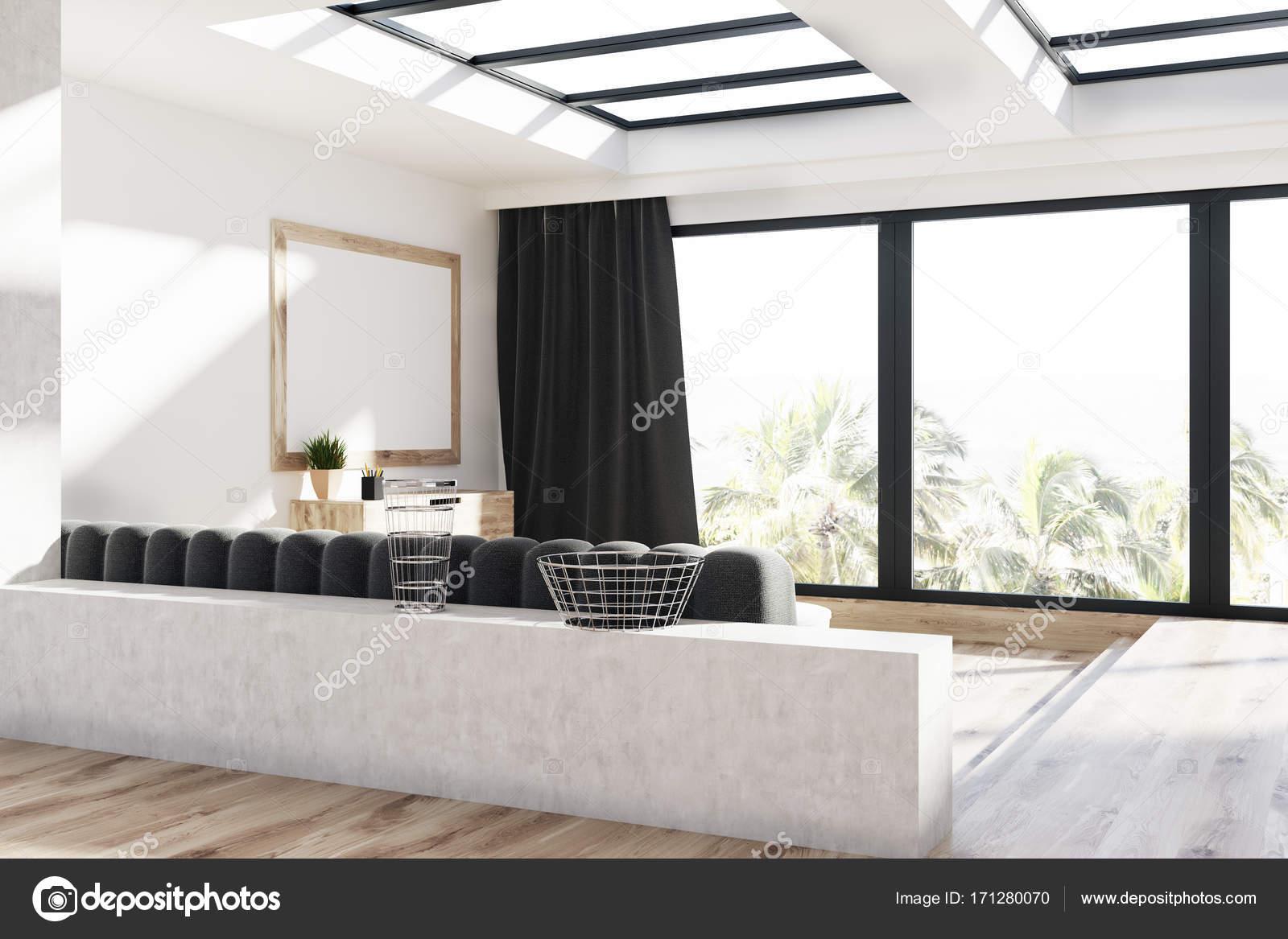 Grijze gordijnen woonkamer, sofa en poster — Stockfoto ...