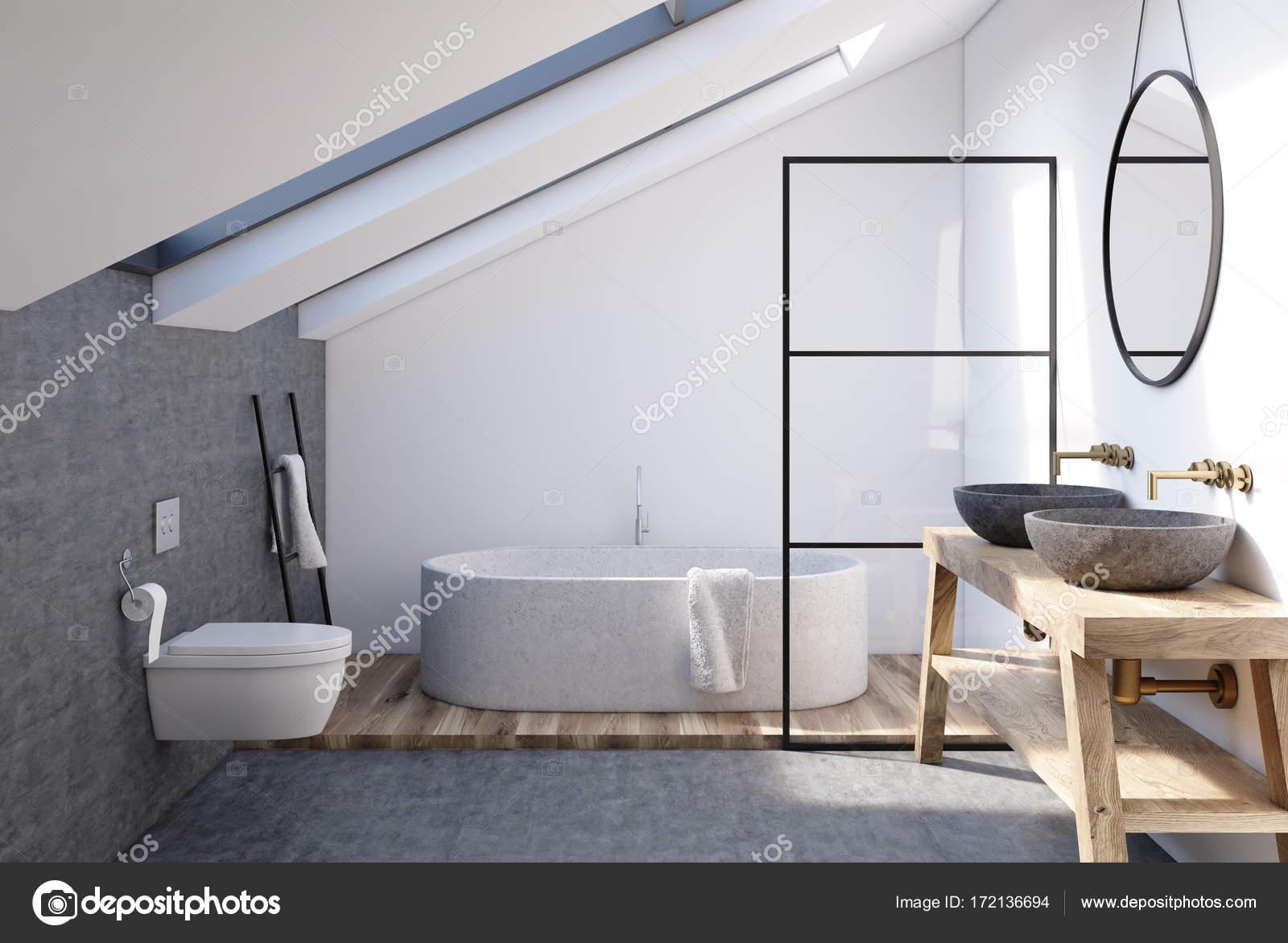 Pareti del bagno mansarda grigio u foto stock denisismagilov