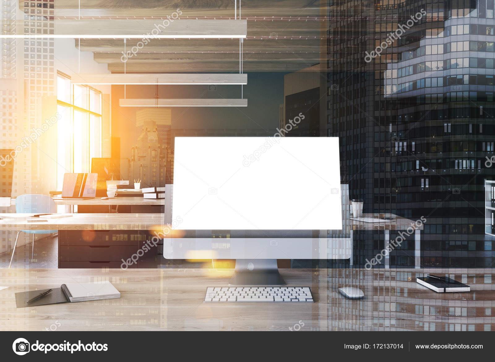 Scrivania Ufficio Doppia : Schermo bianco computer su una scrivania da ufficio tonica u foto