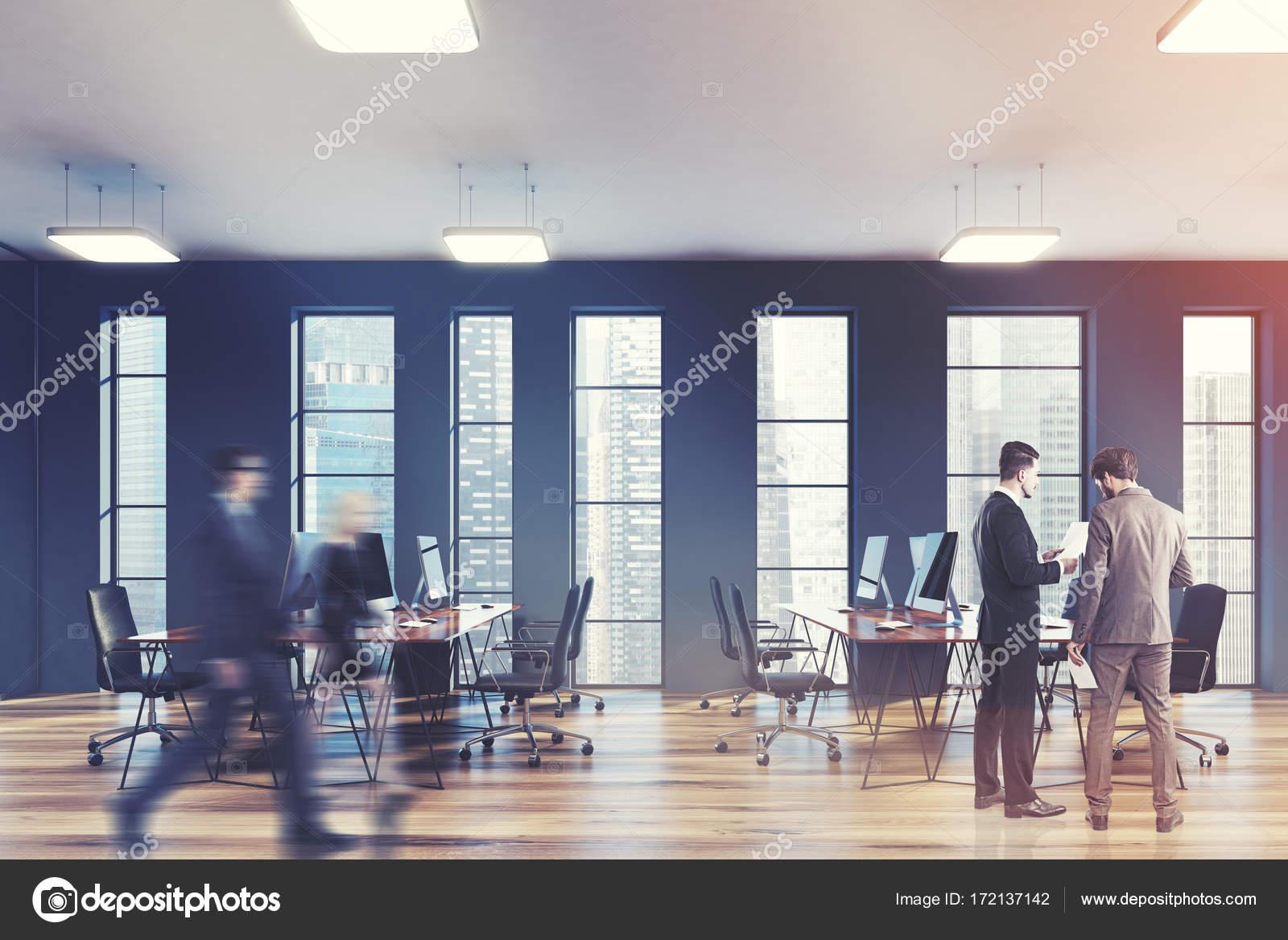 Ufficio Open Space Yoga : Strette finestre grigi con uomini di lato di spazio ufficio u2014 foto