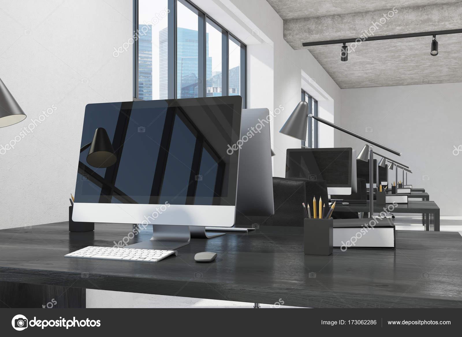 Écran d ordinateur noir dans un bureau blanc bois u photographie