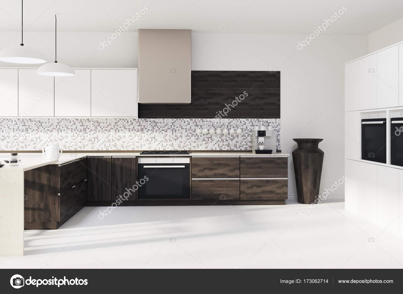 Mosaik Küche, dunklen Holz Arbeitsplatten — Stockfoto ...