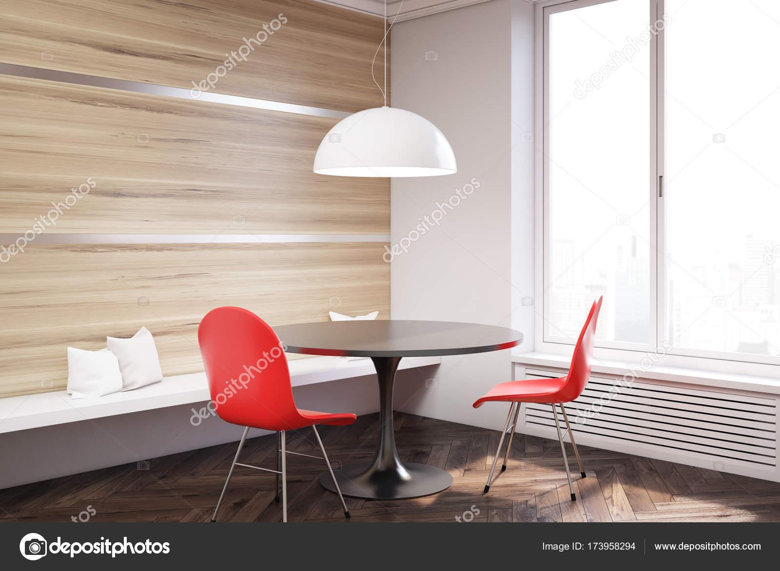 close up van een ronde tafel met rode stoelen staan in een eetkamer voor een huis met grote ramen 3d rendering mock up foto van denisismagilov