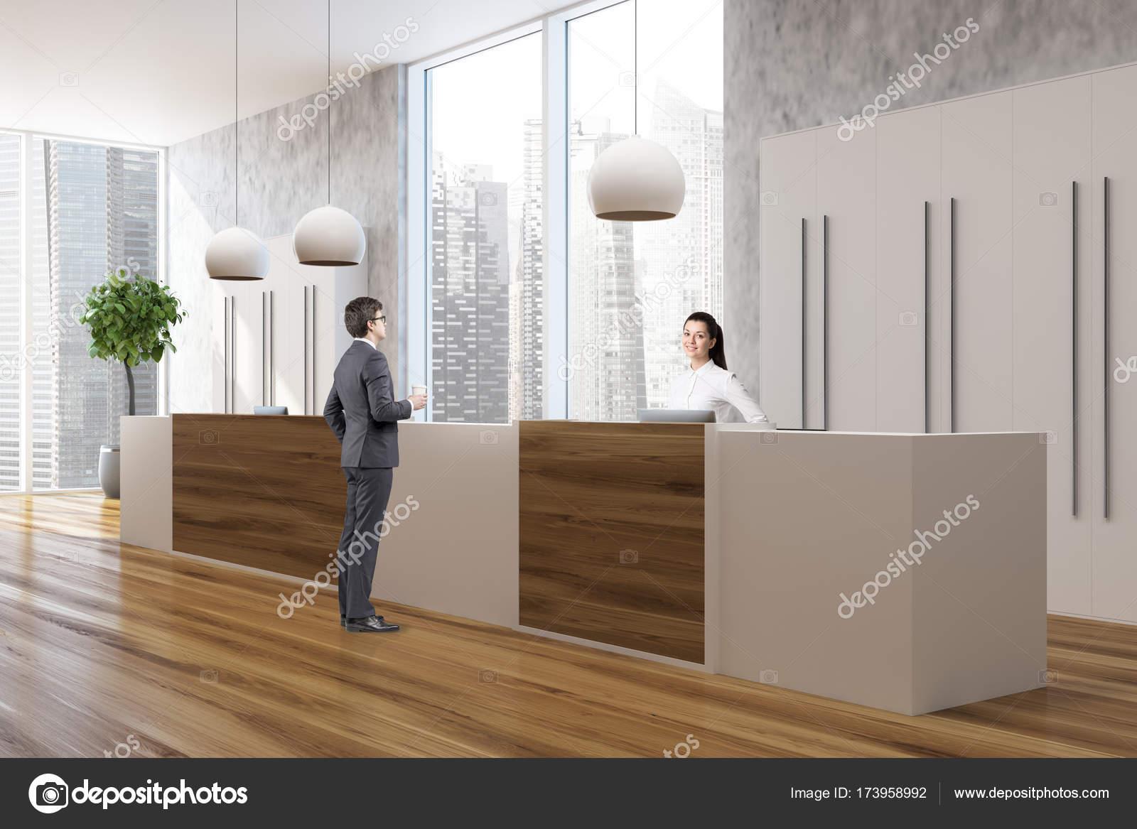 Reception Ufficio Legno : Ufficio in legno e cemento persone di fianco alla reception