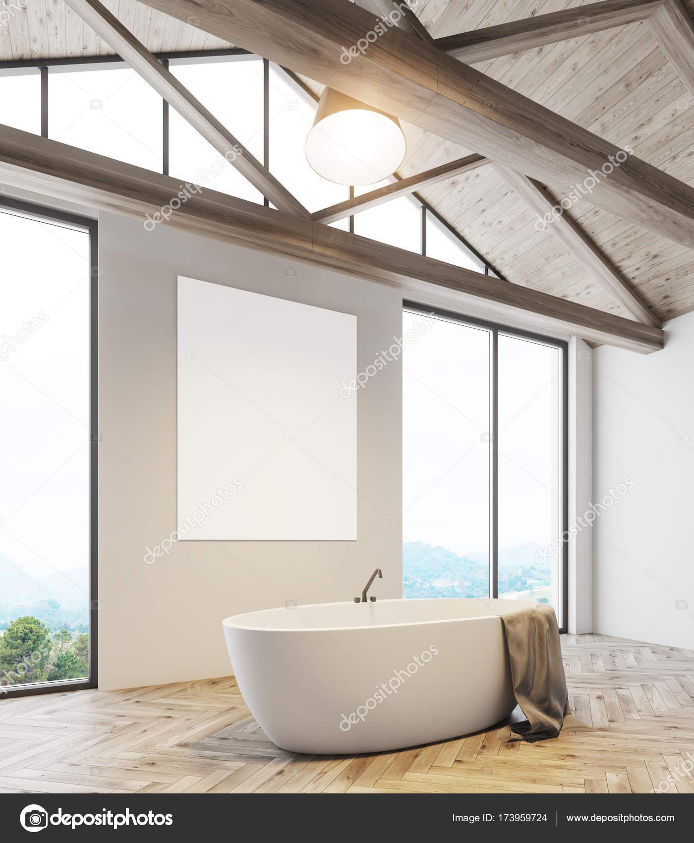 Dachgeschoss Bad Mit Einem Plakat Und Eine Wanne Seite Stockfoto