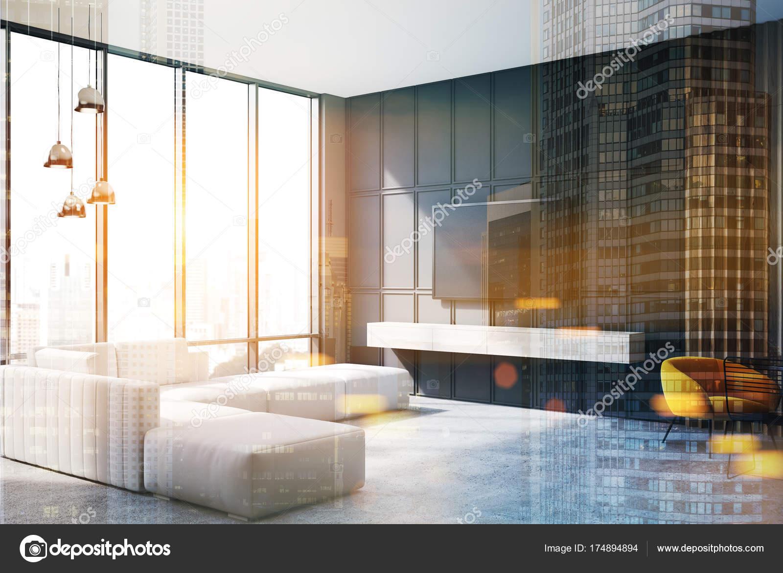 Grau Und Hölzernen Wohnecke Mit Tv Set Hängen An Der Wand Und Eine Schmale  Sofa In Der Nähe Ein Panoramafenster. Seitenansicht.