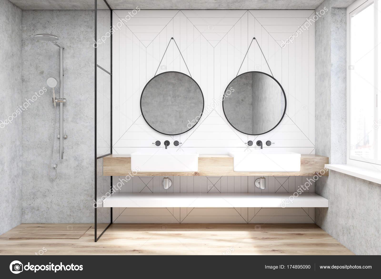 Bianco bagno con una doccia e un lavandino u foto stock