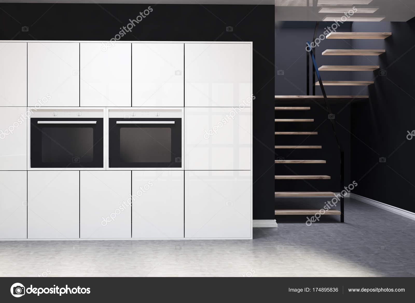 Schwarze, weiße Küchenschränke, Treppen — Stockfoto © denisismagilov ...