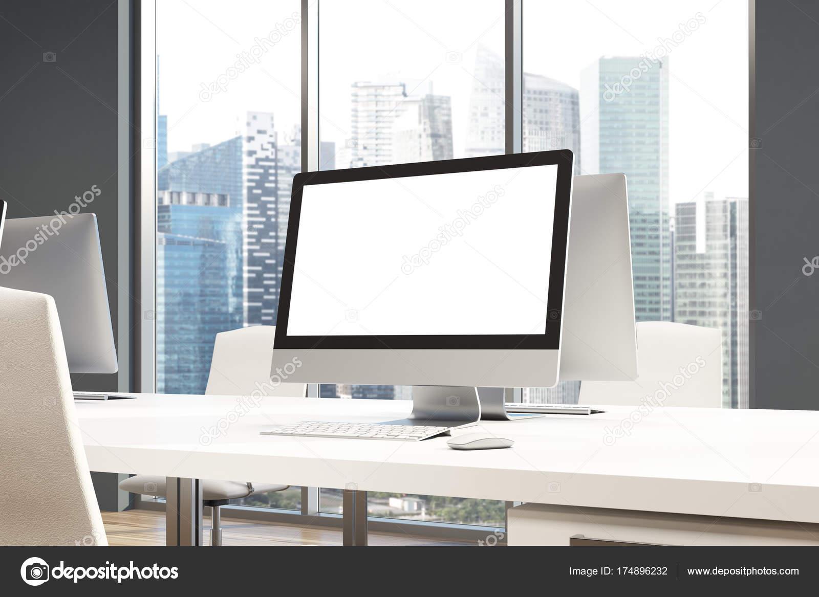 Scrivania Ufficio Grigio : Schermo bianco su un ufficio scrivania grigio u2014 foto stock
