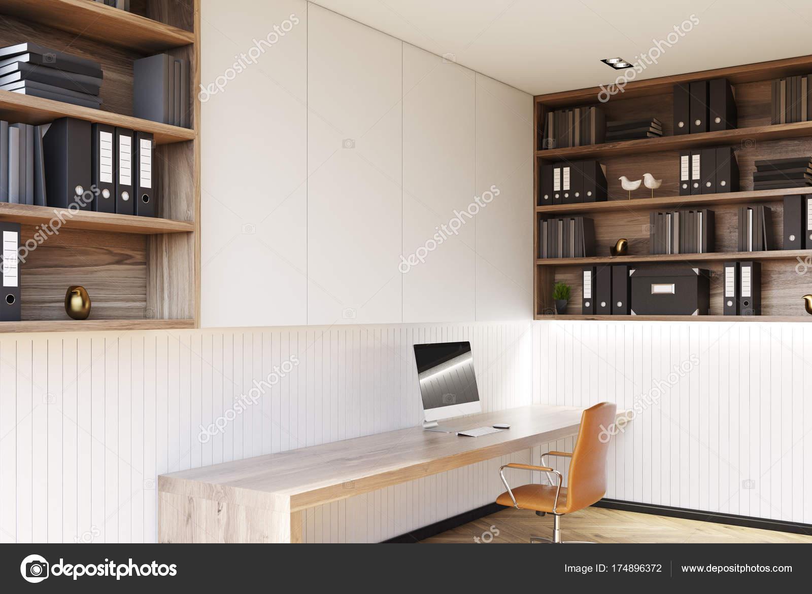 Coin bureau maison blanche avec plancher bois bureau ordinateur