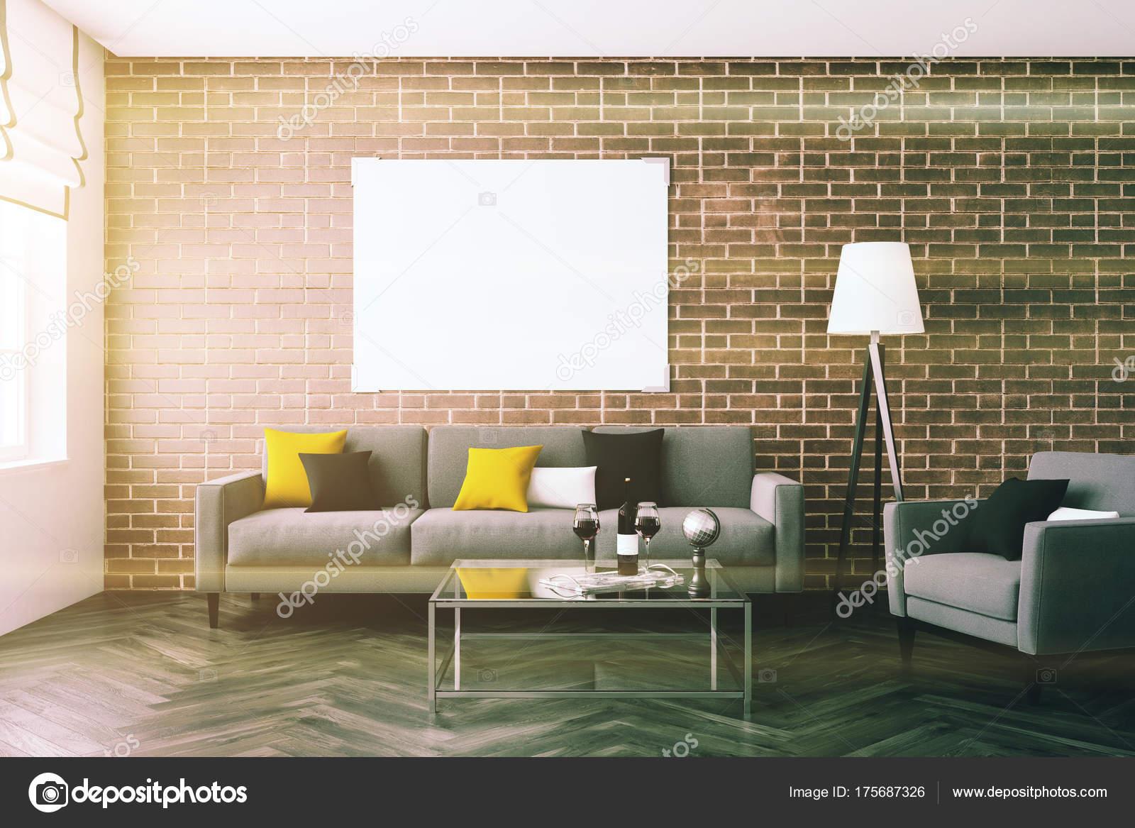 Bakstenen muur woonkamer, sofa, poster toned — Stockfoto ...