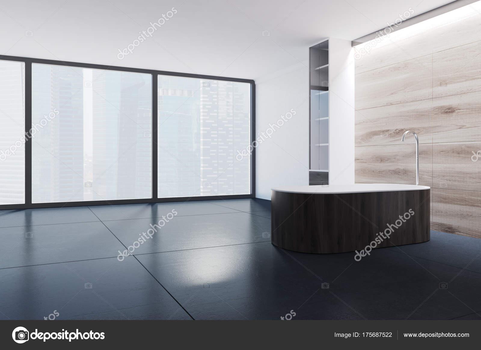 Witte en houten panoramisch badkamer donkere tub u stockfoto