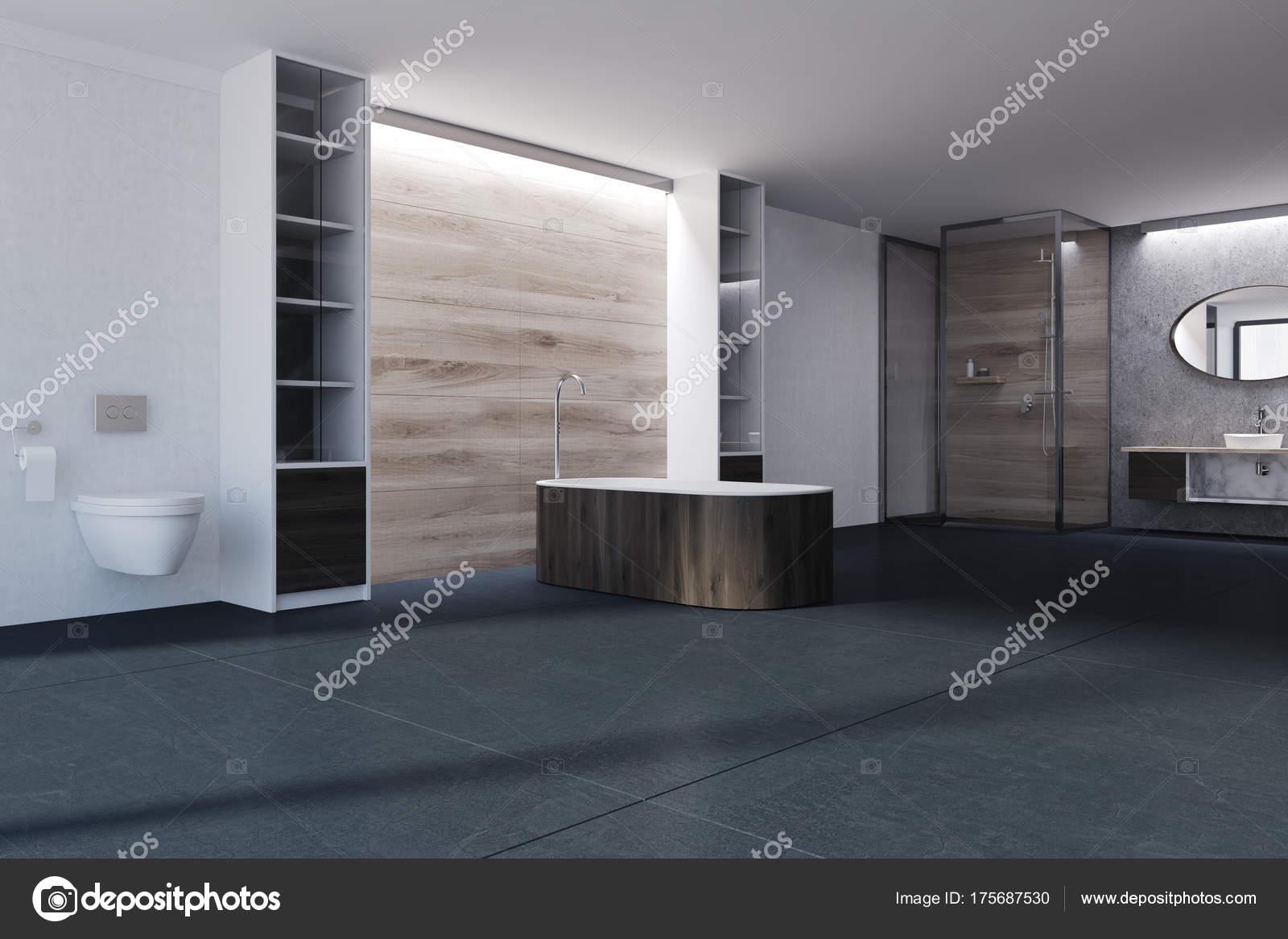 Witte en houten wc donkere tub u stockfoto denisismagilov