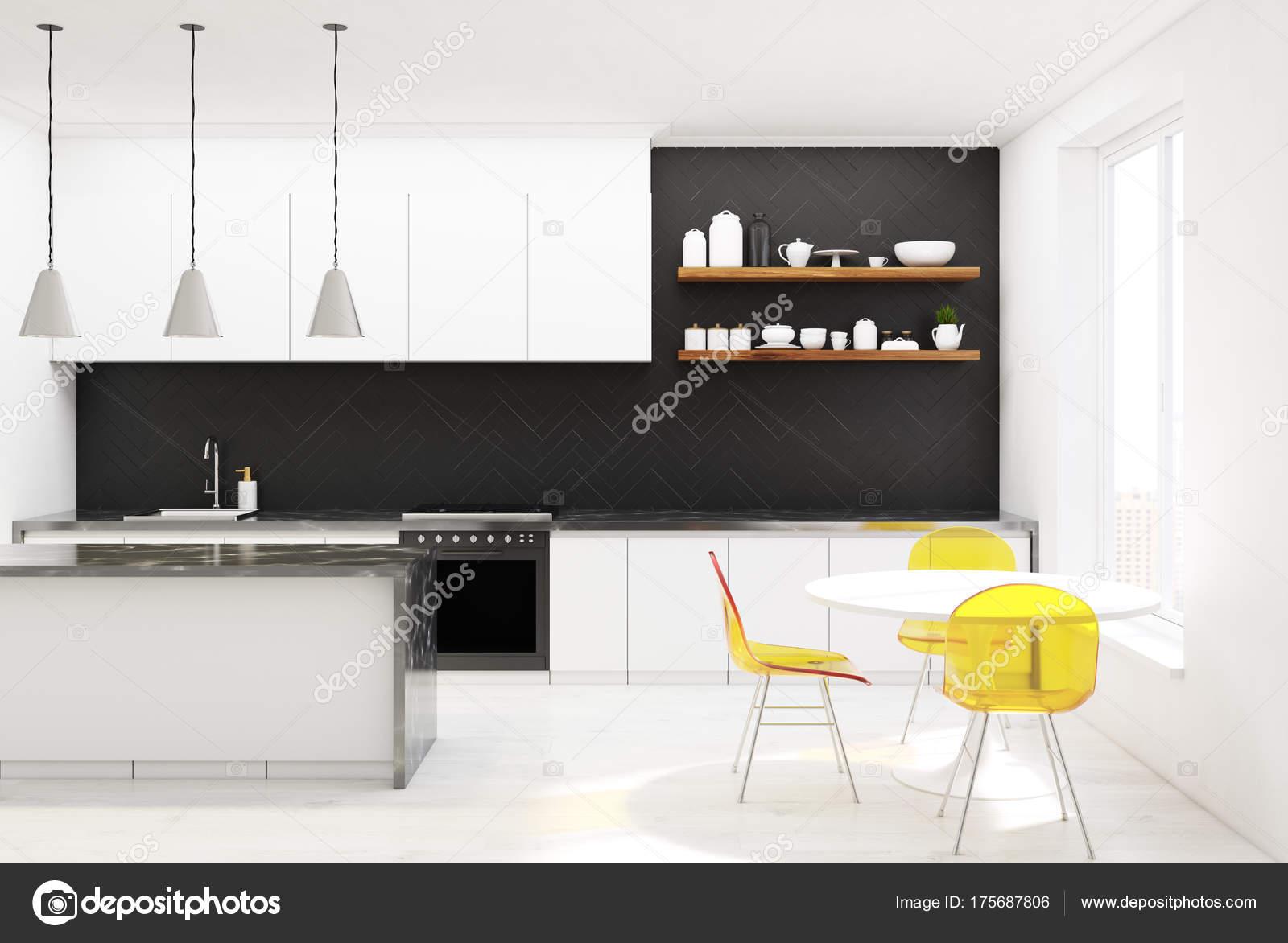 Sedie da cucina in legno nero, giallo, calcestruzzo — Foto Stock ...