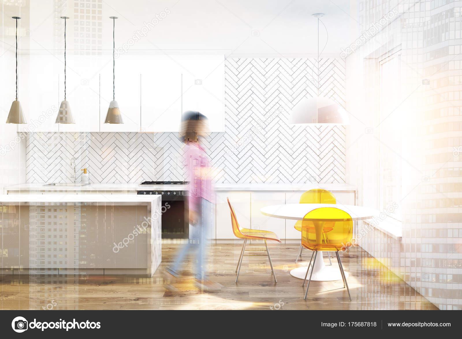 Sedie Gialle Da Cucina.Sedie Da Cucina In Legno Bianco Giallo Sfocati Foto Stock